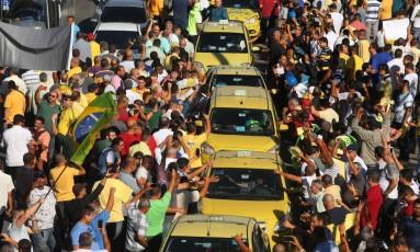 O protesto de taxistas na Avenida Presidente Vargas, no Centro do Rio Foto: Fabiano Rocha / Agência O Globo