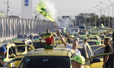 Trânsito parado na Linha Vermelha, na saída da Ilha do Governador Foto: Pedro Teixeira / Agência O Globo