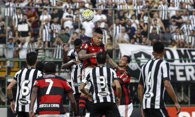 Flamengo e Botafogo se enfrentaram pela última vez no Luso-Brasileiro em julho de 2016, com mando de campo alvinegro e empate em 3 a 3 Foto: Alexandre Cassiano / Agência O Globo