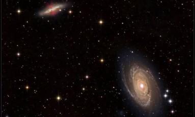 """Esta imagem mostra as galáxias M81 (embaixo, à direita) e M82 (no canto superior, à esquerda), num momento em que os astrônomos acreditam que a """"transferência intergaláctica"""" pode estar acontecendo. O gás ejetado por explosões de supernovas na M82 pode percorrer o espaço e, eventualmente, contribuir para o crescimento da galáxia M81 Foto: Divulgação/Fred Herrmann"""