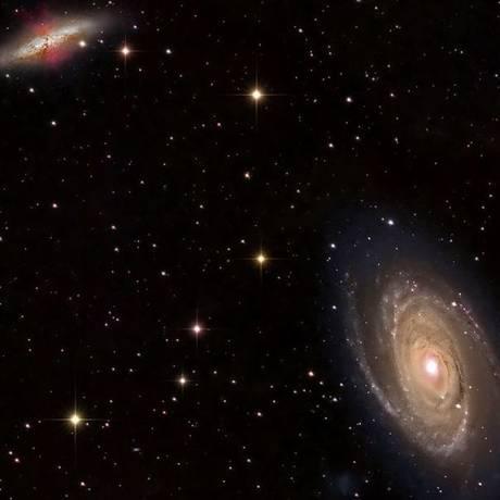 Esta imagem mostra as galáxias M81 (embaixo, à direita) e M82 (no canto superior, à esquerda), num momento em que os astrônomos acreditam que a