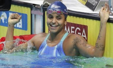 Etiene Medeiros comemora sua medalha de ouro nos 50m costas em Budapeste Foto: Michael Sohn / AP