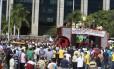 Taxistas fazem protesto na porta da prefeitura do Rio Foto: Fabiano Rocha / O Globo
