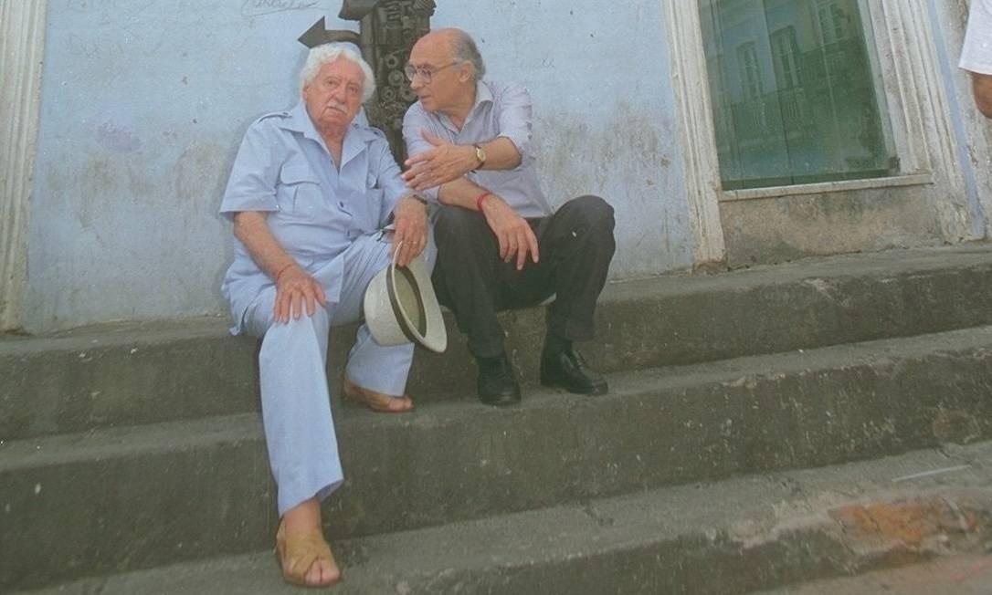 José Saramago com Jorg Amado no Pelourinho, em 1996 Foto: Lúcia Correia Lima / Arquivo