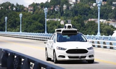 Nova aposta de empresas de automóveis em todo o mundo são os carros que não precisam de motorista para se locomover. Na imagem, a Ford faz um teste com um de seus veículos potencialmente autônomos. Mas um motorista participa do teste, para caso precise interferir em algo Foto: Jared Wickerham / AP