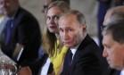 Vladimir putin participa de evento na Finlândia: presidente russo promete retaliar sanções Foto: Mikhail Klimentyev / AP