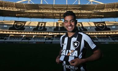 Brenner exibe a camisa do Botafogo no Nilton Santos Foto: Vítor Silva/SSPress/Botafogo