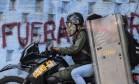 Manifestante detido pela Guarda nacional é levado por agentes em Caracas Foto: RONALDO SCHEMIDT / AFP