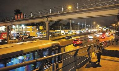 255 pessoas morreram a tiros na Avenida Brasil ou em comunidades do entrono Foto: Guito Moreto / Agência O Globo