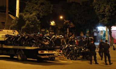 Reboque com motos na Praça da Bandeira Foto: Pedro Teixeira / Agência O Globo