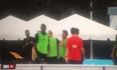 Neymar, de colete verde à direita, é segurado por Mascherano enquanto tenta chegar a Semedo, à esquerda de camiseta preta: briga no treino do Barcelona Foto: Reprodução/As