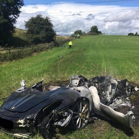 A Ferrari ficou totalmente destruída após pegar fogo Foto: Polícia de South Yorkshire