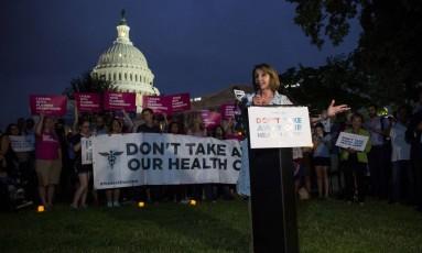 Líder da minoria na Câmara, a democrata Nancy Pelosi lidera ato contra desmantelamento do Obamacare na frente do Capitólio em Washington, EUA Foto: Zach Gibson / AFP