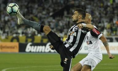Rodrigo Pimpão domina a bola na vitória do Botafogo sobre o Atlético-MG: vaga na semifinal da Copa do Brasil Foto: Alexandre Cassiano / Agência O Globo