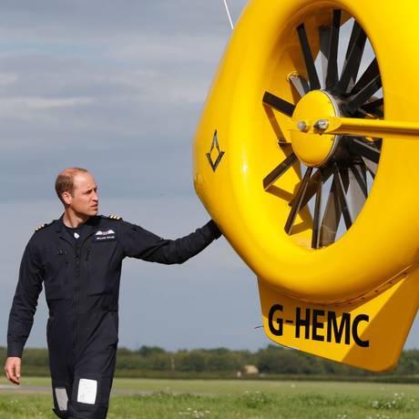 Príncipe William analisa helicóptero que serve de ambulância para organização em que trabalhou como piloto de resgate Foto: HEATHCLIFF O'MALLEY / AFP