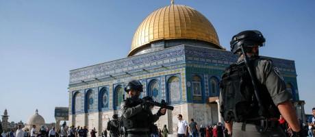 Forças de segurança israelenses patrulham em frente à Cúpula da Rocha na Cidade Velha de Jerusalém Foto: AHMAD GHARABLI / AFP