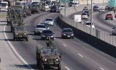 Exército patrulha a rodovia Washington Luis, na altura de Duque de Caxias Foto: Cleber Junior - Extra