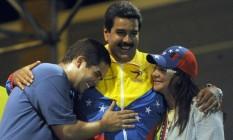 O presidente Nicolás Maduro abraça seu filho único, Nicolás Maduro Guerra, e a mulher, Cilia Flores Foto: Juan Barreto / AFP