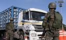 Agentes já fazem bloqueios parciais nas pistas para coibir o roubo de cargas Foto: Cléber Júnior / Agência O Globo