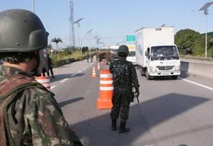 Os homens das Forças Armadas já começaram a patrulhar vias do Rio Foto: Cléber Júnior / Agência O Globo
