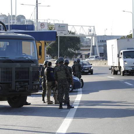 Exército nas ruas do Rio Foto: Domingos Peixoto