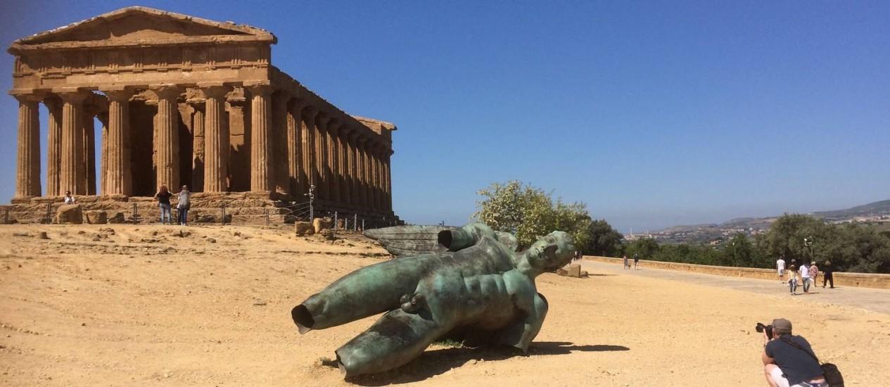 A estátua de bronze em frente a um templo grego de Agrigento, no Vale dos Templos, na Sicília Foto: Siobhan Starrs / AP