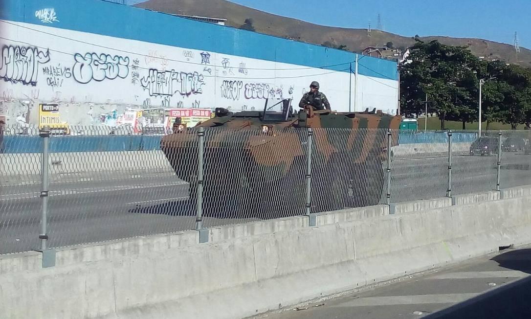 Agentes já chegaram na Estrada do Contorno, em Niterói, Região Metropolitana do Rio Foto: Foto do leitor / Foto do leitor