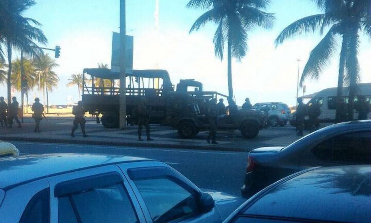 Agentes das Forças Armadas já se encontram na Praia de Copacabana Foto: Foto do leitor / Foto do leitor