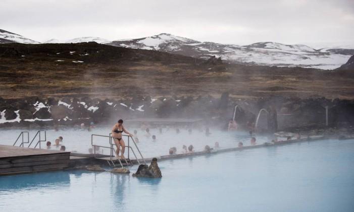 Banhistas na piscina de águas termais de Myvatn, na Islândia Foto: Loic Venance / AFP