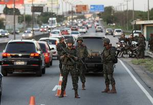 Forças armadas patrulham rodovias. Linha Vermelha Foto: Paulo Nicolella / Agência O Globo