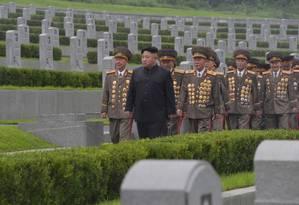 Junto a assessores, Kim Jong-un visita cemitério de mortos na Guerra da Coreia Foto: KCNA / REUTERS