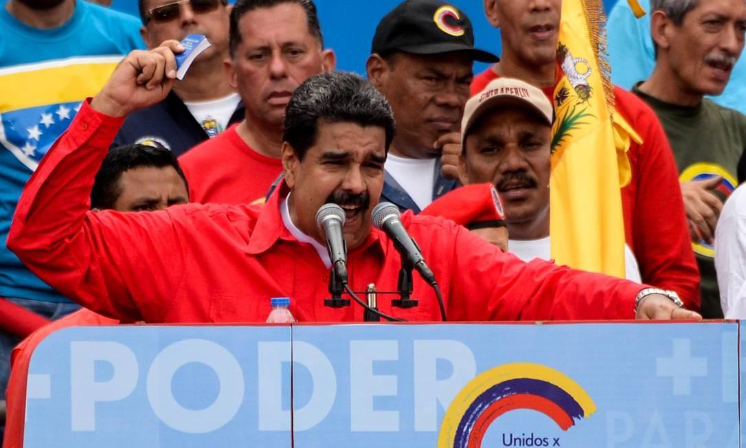 Maduro discursa em comício em Caracas tendo nas mãos cópia da Constituição de 1999 Foto: FEDERICO PARRA / AFP