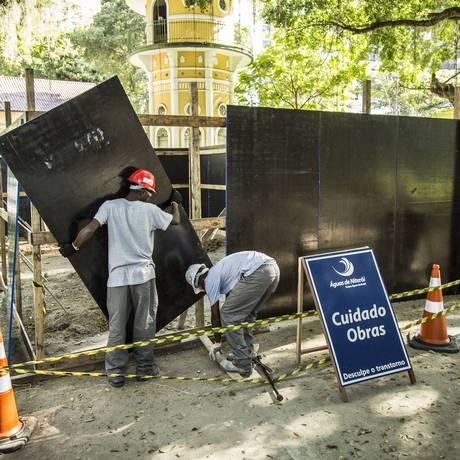 Os tapumes que cercam o canteiro de obras serão grafitados Foto: Agência O Globo / Hermes de paula