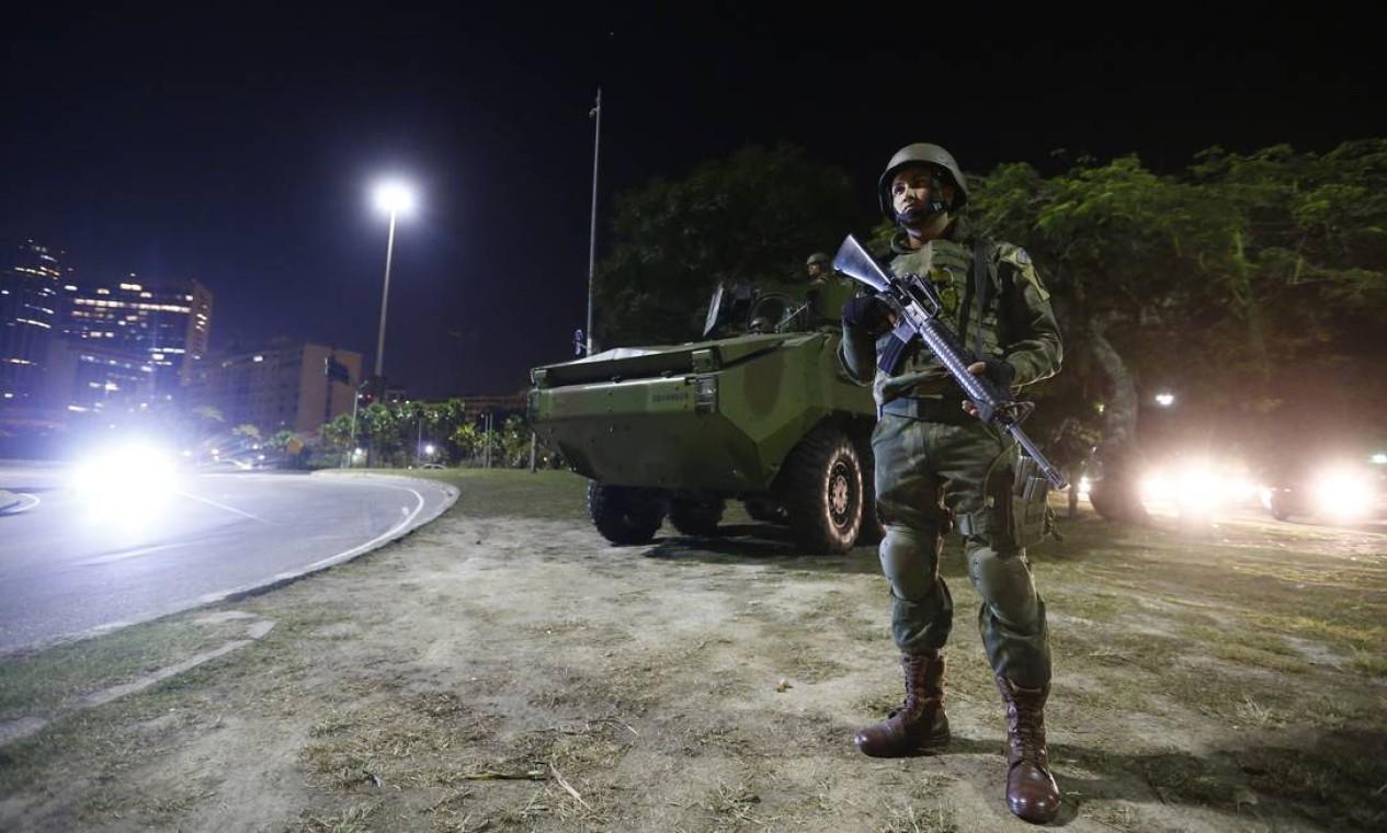 Fuzileiros navais no acesso ao Aeroporto Santos Dumont, no primeiro dia da ação das forças armadas para reforçar a segurança no Rio de Janeiro Foto: Pablo Jacob / Pablo Jacob