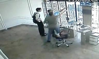 Lucas tentou ter acesso ao vídeo que mostra o momento em que ele empurra a ex-namorada na frente de um ônibus Foto: Divulgação/Deam