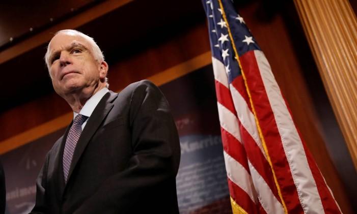 Senador John McCain, um dos salvadores do Obamacare, é clicado em coletiva de imprensa Foto: AARON P. BERNSTEIN / REUTERS