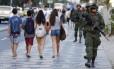 No cartão-postal. Fuzileiros navais patrulham Ipanema: presidente diz que situação do Rio angustia os brasileiros