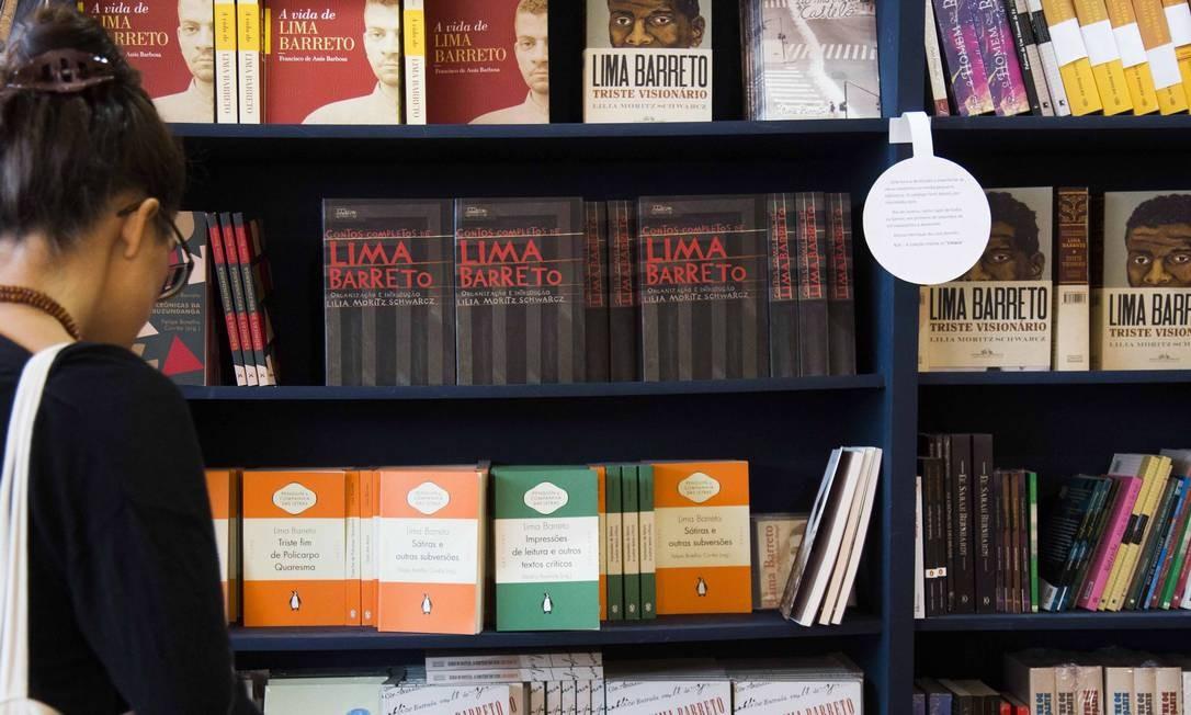 Prateleiras com livros de Lima Barreto, e sobre ele, na Livraria da Travessa de Paraty Foto: / Mônica Imbuzeiro