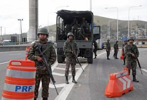 Soldados na Ponte Rio-Niterói Foto: Márcio Alves / Agência O Globo