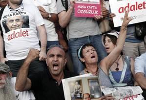 Protesto pela liberdade de jornalistas diante do Tribunal, em Istambul Foto: Emrah Gurel / AP
