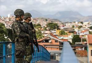 Agentes federais nas rua do Rio Foto: Luciola Villela / Agência O Globo