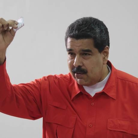 Foto divulgada pela Presidência da Venezuela mostra Nicolás Maduro votando em Caracas: presidente foi o primeiro a votar em eleição de Assembleia Constituinte na Venezuela Foto: AFP/PIB