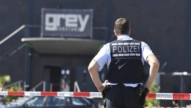 Policial guarda a entrada de boate na Alemanha onde um iraquiano matou uma pessoa e depois foi morto no que as autoridades acreditam ser um crime passional Foto: Felix Kaestle / AP/Felix Kaestle