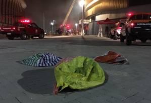 Balões caídos ao lado do Velódromo da Barra, que teve o telhado incendiado. Ministro Leonardo Picciani divulgou a imagem em seu twitter Foto: Reprodução