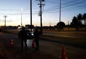 Tropas militares do exército posicionados pela Avenida Brasil ao amanhecer Foto: Renan Almeida / O Globo