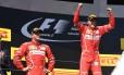 Líder do Mundial de Pilotos, Sebastian Vettel celebra a vitória, que amplia sua vantagem sobre o segundo colocado, Lewis Hamilton, que chegou na quarta posição Foto: ATTILA KISBENEDEK / AFP