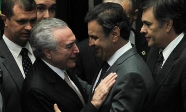Temer e Aécio se cumprimentam durante a posse do peemedebista na Presidência Foto: Agência O Globo/31-08-2016 / Aílton de Freitas