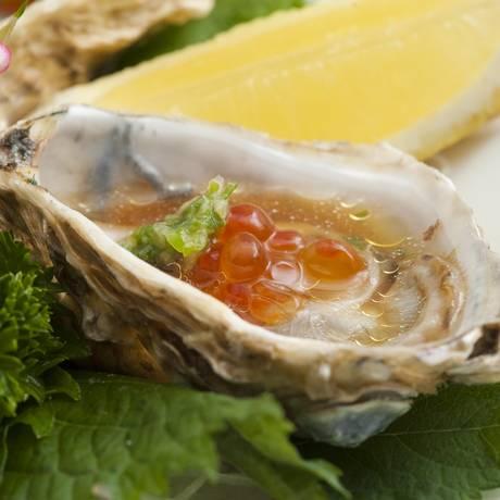 Naga. Tataki de ostra é servido com molho ponzu e ostras frescas (R$ 35, 3 unidades) Foto: norio ito :) / Divulgação