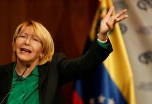 Luisa Ortega Diaz gesticula durante discurso em entrevista coletiva em Caracas Foto: ANDRES MARTINEZ CASARES / REUTERS