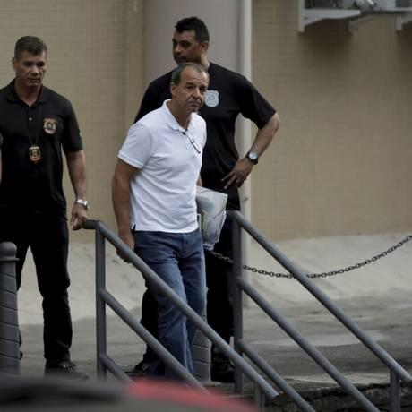 O ex-governador Sérgio Cabral (PMDB) deixa o prédio da Justiça Federal do Rio após prestar depoimento Foto: O Globo